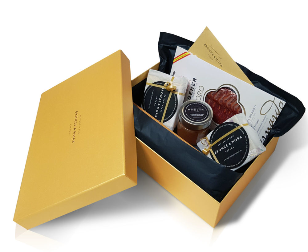 interior cesta regalo queso con lomo y vino